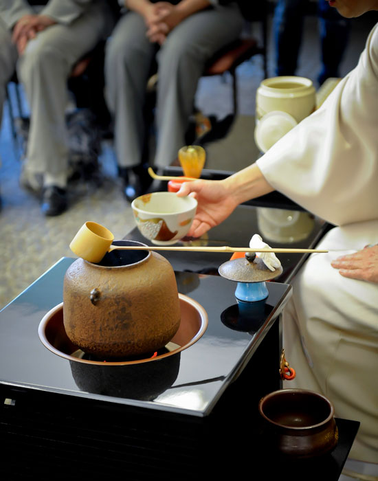 Photo of the tea mistress pouring tea.