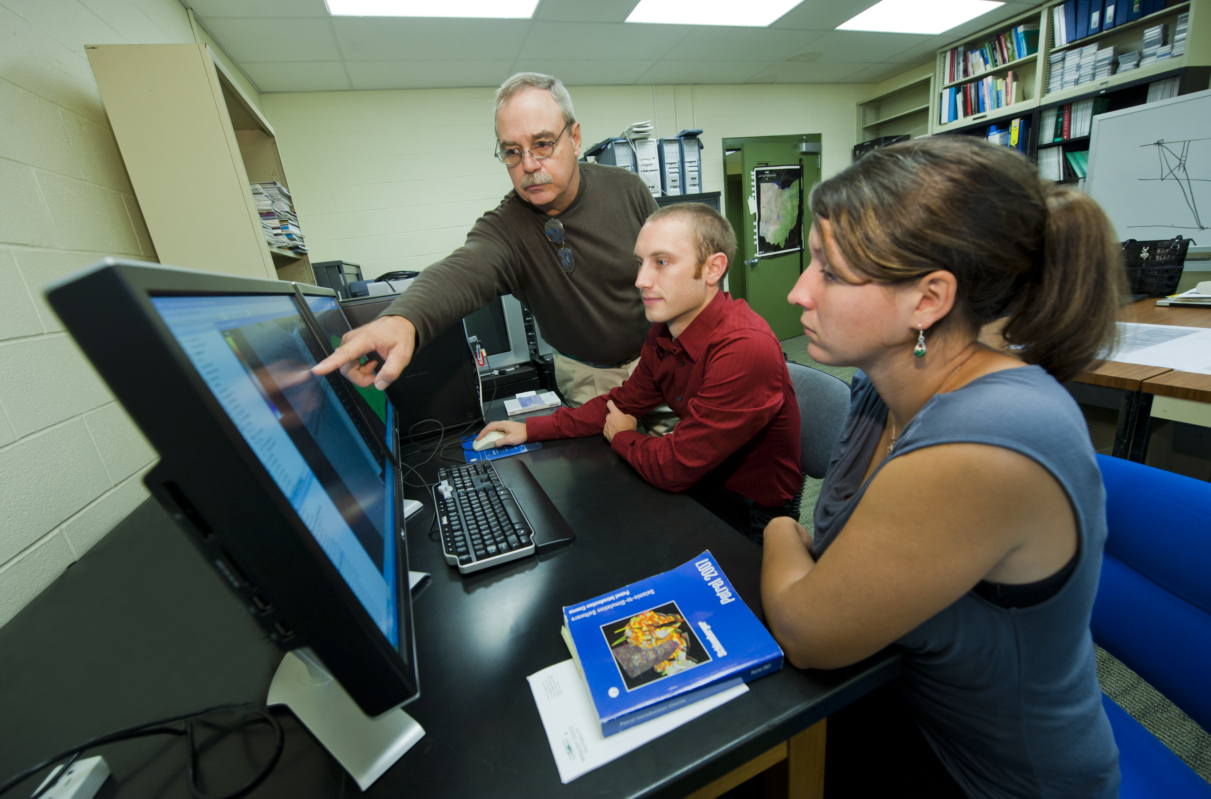 Photo of Ernest Hauser, Ph.D. showing students the benefits of the new geology software.