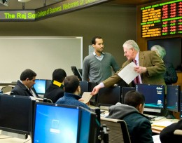 Photo Iraqi visitors in the trading room.