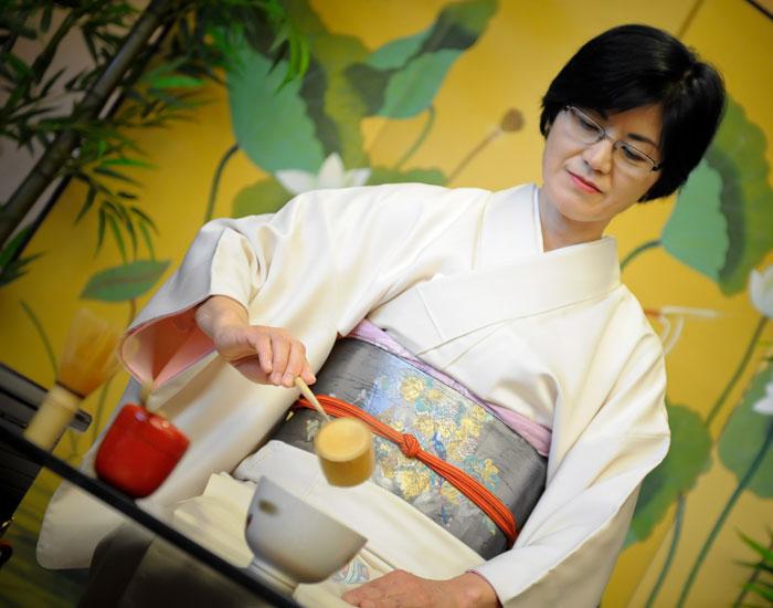 Photo of the tea mistress preparing tea.